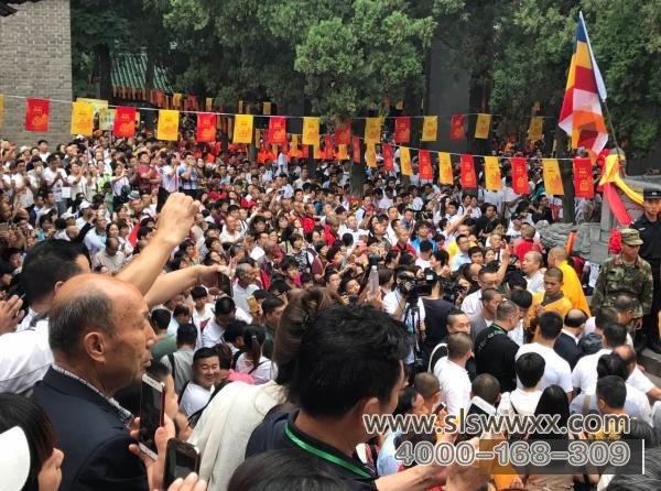 游客观看少林寺无遮大会开幕式