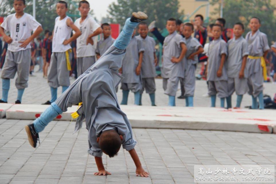 嵩山少林寺文武学院弟子正在练习少林功夫