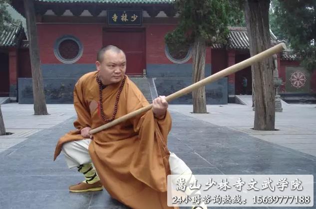 嵩山少林寺武术学校的武僧师傅表演棍法